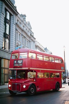 Red Double Decker Bus in London England | photography by hazelnutphotography.com