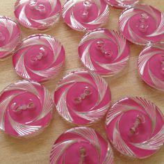 France vintage buttonφ18mm透明プラスチックに流れる様な模様。バラのようにも見えてかわいらしく涼しげです。裏から柄が彫り込まれ...|ハンドメイド、手作り、手仕事品の通販・販売・購入ならCreema。