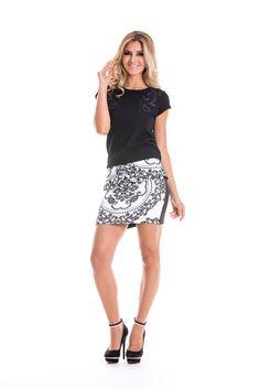 Saia em preto e branco com estampa arabescos! Com detalhe estilo peplum na cintura, um charme!