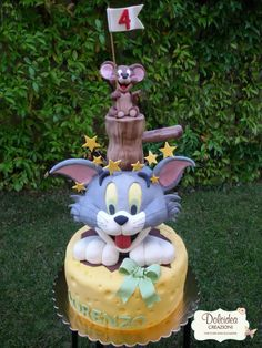 Torta Tom e Jerry - Tom and Jerry cake Bolo Tom E Jerry, Tom And Jerry Cake, Tom Und Jerry, Fancy Cakes, Cute Cakes, Baby Girl Christening Cake, Decors Pate A Sucre, Different Cakes, Fondant Cupcakes