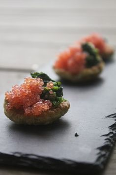 Spinatblinis med stenbiderrogn // Blinis with spinach and lumpfish roe