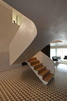 escalier moderne suspendu avec marches en bois et déco d'intérieur