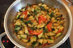 Das perfekte Zucchinigemüse-Rezept mit Bild und einfacher Schritt-für-Schritt-Anleitung: Kartoffeln schälen und aufsetzen.  Zucchini waschen und…