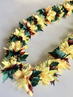 (Ribbon Lei)Designed by Tracy Harada)Ui'mauamau 公認インストラクター レッスン、キット販売してます! Ribbon Lei, Early Fall, Baskets, Floral Wreath, Arts And Crafts, Wreaths, Autumn, Decor, Early Autumn