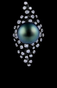 Jewellery Theatre: Jewellery Corals Limited Edition Ring,18K white gold . 73 diamonds 1,45-1,50 ct dark pearl 14,7 mm