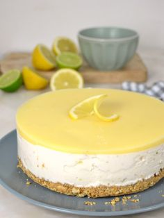 Tarta helada de leche condensada y limón Köstliche Desserts, Delicious Desserts, Dessert Recipes, Yummy Food, Lemon Recipes, Sweet Recipes, Mini Cheesecakes, Fabulous Foods, Food Cakes