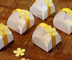 Forminhas de doces decoradas para o batizado amarelo e branco da Sofia