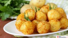 Chicken Croquettes The Traditional Version Of This Spanish Classic Is Delicious, But We Made These With Chicken… Chicken Croquettes, Les Croquettes, Mashed Potato Balls Recipe, Wine Recipes, Cooking Recipes, Appetizer Recipes, Appetizers, Food To Make, Good Food