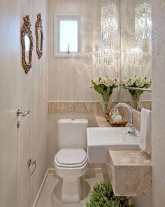 Lavabo clarinho com lustres de cristal, espelhos dourados, papel de parede listrado, pastilha madrepérola e decoração linda ❤️❤️ #boatarde #instaarch #instadecor #interiores #decor #details #detalhes #decoracao #decorating #decorbrazil #detalhesqueamamos #decoracaodeinteriores #architect #arquiteta #arquitetura #arqmbaptista #arquiteturadeinteriores #lavabo #marianemarildabaptista