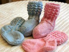 Ravelry: Lise-Loten pikkuiset sukat pattern by Piiku Pikkuinen Knitting Videos, Free Knitting, Knitting Socks, Knitted Hats, Knit Baby Dress, Knit Baby Booties, Baby Knitting Patterns, Baby Patterns, Crochet Baby