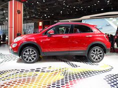 Fiat continues its supersizing of the tiny 500 with the debut of the 500X compact crossover.