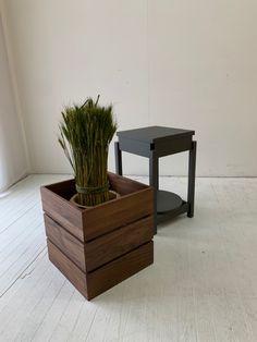 サイドテーブルとプランターのコラボアイテムです。  普段はプランターとして、ちょっとテーブルが必要なときには、カバーを外してサイドテーブルとして。  カバーは独立してプランターにもなります。 Planters, Table, Furniture, Home Decor, Decoration Home, Room Decor, Tables, Home Furnishings, Plant