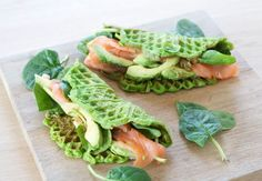 Spinat vafler med laks og avocado Vedi OneNote x trad Vegetarian Recipes, Cooking Recipes, Healthy Recipes, Food N, Food And Drink, I Love Food, Good Food, Tapas, Healthy Snacks