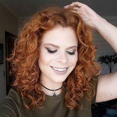 Nite  Vim avisar que acabou de sair um vídeo novo no canal e é sobre essa finalização mara que eu estou adorando: cabelinho cacheado dividido ao meio PODE SIIIM!  Espero vocês lá: www.youtube.com/sarahb612 . . . #youtuber #cachos #inxtalove #ruivaseruivos #vsco #chocker #ginger #curlyhair #fotinhadas2210  #salonline #todecacho #ruiva #cabelocacheado #batomduffy  #pausaparafeminices