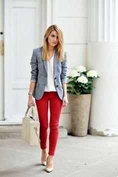 Look de moda: Blazer de Lana Gris, Blusa de Botones Blanca, Vaqueros Pitillo Rojos, Zapatos de Tacón de Cuero Beige