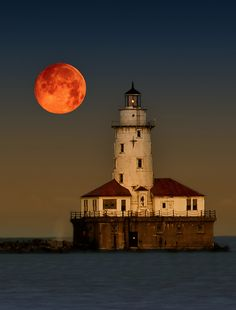 Full Super Moon. Navy Pier, Chicago. Full moon digitally enlarged. Source: JNH Photo (Flickr)