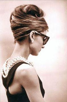 Audrey Hepburn, com famoso vestido preto desenhado por Givenchy em Bonequinha de Luxo