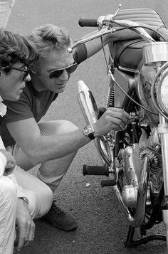 Steve McQueen pictured with a 72 Norton Commando 750.