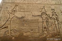 Relieve representando a un rey ptolemaico sujetando por el pelo a sus enemigos como ofrenda al dios Khnum en facha exterior del TEMPLO DE ESNA.