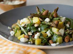 Lauwarmer Kartoffelsalat mit grünem Spargel, Feta und Mandeln