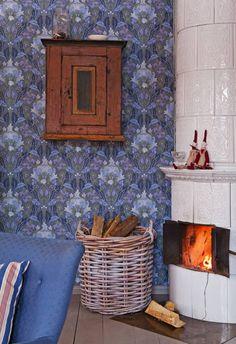 Kakluuni kunnostettiin remontissa ja nykyään se on ahkerassa käytössä. Sen reunalla istuvat Mailegin kangastontut. Heidin kunnostama vanha renginkaappi on hankittu Uudessakaupungissa sijaitsevasta osto- ja myyntiliikkeestä. Halkokori on kustavilaisesta Paratiisipaja-liikkeestä. Cottage Homes, Cottage Style, Living Room Interior, Christmas Home, Interior Inspiration, Diy And Crafts, Sweet Home, Rustic, Dining