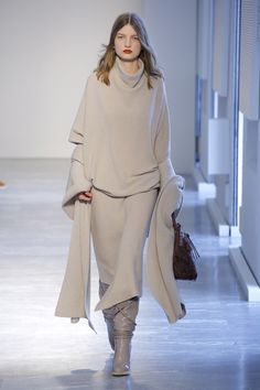 The complete agnona fall 2018 ready-to-wear fashion show now on vogue runway. Autumn Fashion 2018, Womens Fashion Casual Summer, Fashion Over 50, Fashion 2017, Fashion Trends, Shorts Longs, Vogue Russia, Fashion Show Collection, Ready To Wear