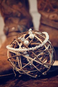 Rustic wedding details + jewelry | Victoria Rodrigues Photographs