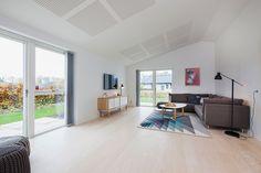 """Skrålofter giver ekstra rumfornemmelse - her i stuen på vores """"iHus"""" #huscompagniet #inspiration #indretning #husbyggeri #nybyg #husejer #nythus #arkitektur #typehus #stue #ihus"""