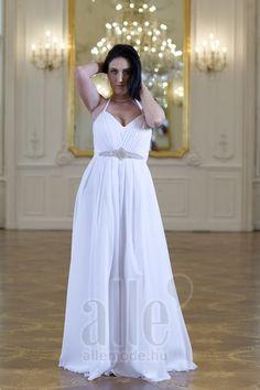 Esküvői Ruhapróba – kísérettel, hány barátnőt hívjunk el? Előfordul, hogy az egész koszorúslány csapat véleményét szeretnék a menyasszonyok kikérni az esküvői ruhát illetően. Nagy a nyüzsgés, sokszor nem is a menyasszony kerül a középpontba. Soha nem alakul ki egyetértés, mert mindenkinek más az ízlése, más az elképzelése.