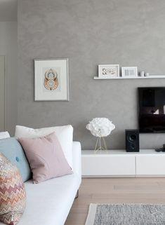 """Viikonloppuna puuhastelimme kaikenlaista pientä kotona. Maalasimme mm. olohuoneen seinän sillä Kalklitir kalkkimaalilla*, josta kirjoittelin aiemmin """"Beton"""