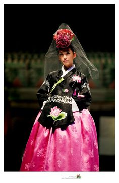 Hanbok Fashion Show Korean Traditional Dress, Traditional Dresses, South Korea Fashion, Chinese Style, Korean Style, Korean Fashion, Chinese Fashion, Modern Hanbok, Korean Dress