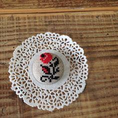 クロスステッチ刺繍を施した布を大きめのくるみボタンにして、ピンをつけてブローチにしました。いたって素朴で、シンプルなブローチです。素材 リネン   フェルト本...|ハンドメイド、手作り、手仕事品の通販・販売・購入ならCreema。