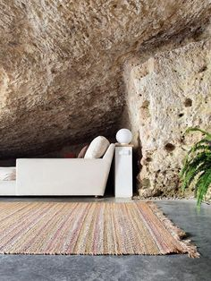 A cave house is an unique hypogeum building, tipical of South Spain (called in Spanish casa cueva).You can sleep in a cave house in Spain. Interior Architecture, Interior And Exterior, Interior Design, Barn Parties, South Of Spain, Rural House, In Natura, Minimal Home, Open Layout