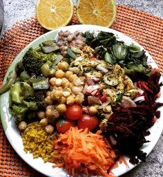 Almoço 😊 frango com curry, grão de bico e feijão fradinho, arroz integral com curcuma, cenoura, beterraba, brócolis, abobrinha e quiabo, tomate cereja, almerao e minha laranja 😅 um pouco de tudo😄 aproveitar enquanto posso comer quase a vontade 👀
