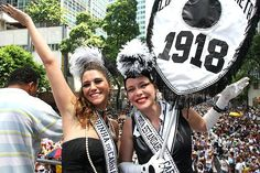 Nem só de Sapucaí é feito o Carnaval do Rio de Janeiro. Toda a cidade entra no clima da festa nessa época, e as ruas são tomadas por blocos e bandas – são mais de 400 esse ano, desfilando sua animação pela zona sul e pelo centro - que atraem centenas de milhares de pessoas. E quem entende de muvuca é o Cordão da Bola Preta, o bloco carioca mais tradicionalvestidos,claro,de roupa branca com bolas pretas –muitas celebridades, como a cantora Maria Rita e a atriz Leandra Leal, que é…