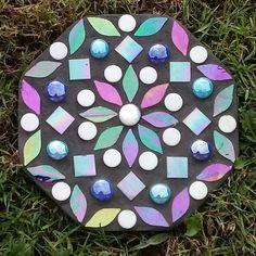 Stepping Stones Kids, Decorative Stepping Stones, Mosaic Stepping Stones, Stone Mosaic, Mosaic Glass, Mosaic Garden Art, Mosaic Flower Pots, Mosaic Diy, Mosaic Crafts