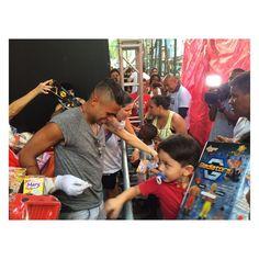Comunidade da Rocinha - Hoje foi um dia muito especial poder arrancar o sorriso de cada criança que ali esteve pegando seus presentes ver o brilho nos olhos de cada um ao ver uma bola um carrinho uma Boneca... É realmente gratificante!!! Espero realmente ter feito a minha parte e proporcionado alegria a todos que lá estiveram um Feliz Natal a todos e um ótimo ano Novo.  UM POUCO MAIS DE AGIR DO QUE FALAR!!!  @gilbertleal obrigado Pelo convite !!! by kaykemoreno