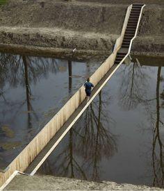 Un pont particulier aux Pays-Bas, le Pont de Moïse, construit en dessous du niveau de l'eau, avec du bois d'Accoya, un bois entièrement modifié ultrarésistant (plus que le Tek) et 100% écologique. Il situé dans le sud du pays sur la Dutch Water Line construite par Maurice de Nassau.