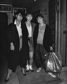 80년대 이태원 생생한 기록  좀 노는 사람들과 ...#이태원 #80년대 패션 #날라리 Vintage Pictures, Old Pictures, Old Photos, Retro Fashion, Korean Fashion, Time In Korea, South Korean Women, Korean Peninsula, Human Poses