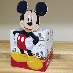 Kit Scrap Festa personalizada Mickey confeccionado em papel fotográfico fosco 230grs TEMPO MÍNIMO PARA PRODUÇÃO 45 DIAS Cada kit contém: - 1 caixinha bis 5,7x20,8cm - 1 caixinha cubo recorte Mickey 5,5x5,5cm - 1 tubete 13cm com apliques - 1 recorte para vareta de vasinho do centro de mesa ... Mickey Mouse Gifts, Mickey And Minnie Cake, Baby Mickey, Mickey Party, Disney Mickey, Mickey Mouse Clubhouse Birthday Party, Mickey Mouse Birthday, 1st Birthday Parties, Imprimibles Toy Story Gratis