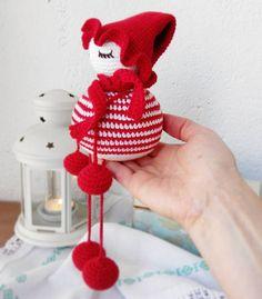 Piccolo Chihuahua con il suo amato trasportino da viaggio e il suo osso Crochet Christmas Decorations, Crochet Ornaments, Holiday Crochet, Crochet Snowflakes, New Year's Crafts, Christmas Crafts, Diy Crafts, Crochet Angels, Crochet Dolls