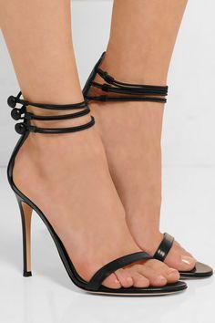 Le talon mesure environ 100 mm  Cuir noir  Brides à fermeture boutonnée aux chevilles  Fabriquées en Italie