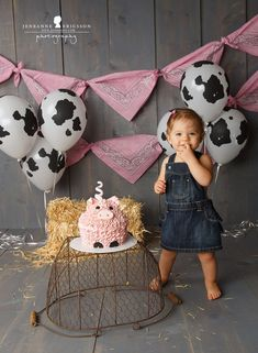 Cute farm birthday photo set up! Great for a cake smash! Cute farm birthday photo set up! Cow Birthday Parties, 1st Birthday Girls, Farm Birthday Cakes, Toddler Birthday Themes, Birthday Gifts, Birthday Banners, Birthday Balloons, Birthday Invitations, Deco Buffet