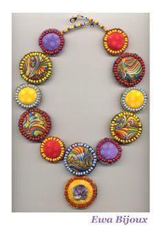 Collier avec pièce en céramique et avec médaillons en tissu.