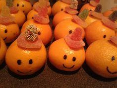 10x de leukste gezonde fruit traktaties voor kinderen! Deze kidsproof traktaties voor op school, verjaardagen, kinderfeestjes, kinderdagverblijf zijn zo leuk om te trakteren! Kinderen vinden dit heerlijk en sommigen zijn heel gezond en lekker! Ook leuk voor een babyshower, bij een geboorte of meer!