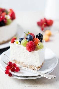 Heute für euch: die Kokos-Beeren-Torte aus dem Kochbuch von Krautkopf. Ganz ohne Backen. Vegan, gesund und sooo lecker.   monsieurmuffin   Bloglovin'
