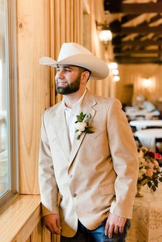 Loving this oklahoman groom in his tan suit jacket, matching cowboy hat, an Cowboy Groomsmen, Country Groom Attire, Country Wedding Groomsmen, Groomsmen Outfits, Groom Outfit, Cowboy Wedding Attire, Tan Suit Wedding, Jeans Wedding, Wedding Men