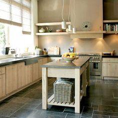Keuken met groot raam, aanrecht de hoek om