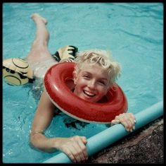 1955 / (Part II) Weston, Connecticut, Marilyn dans la piscine de Milton GREENE.