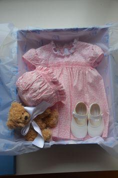 Friki: Caja regalo bebé. Vestido Liberty con capota a juego.